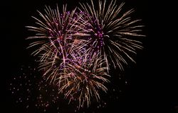 Фейерверки освещают вверх небо с ослеплять дисплеем стоковая фотография rf