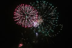 Фейерверки освещают вверх небо с ослеплять дисплеем стоковые фотографии rf