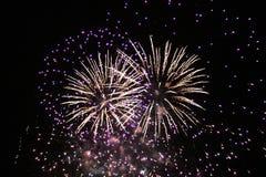 Фейерверки освещают вверх небо с ослеплять дисплеем стоковое фото