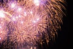 Фейерверки освещают вверх небо Стоковое Изображение