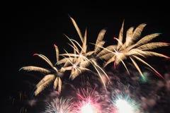 Фейерверки освещают вверх дым острословия неба цветасто Стоковое Фото