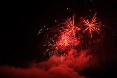 Фейерверки освещают вверх дым острословия неба цветасто Стоковая Фотография RF