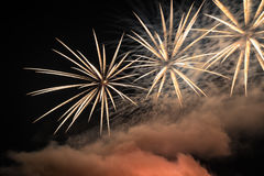 Фейерверки освещают вверх дым острословия неба цветасто Стоковые Фотографии RF