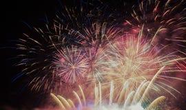 Фейерверки освещают вверх дым острословия неба цветасто стоковое фото rf