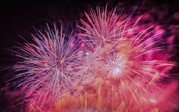 Фейерверки освещают вверх дым острословия неба цветасто стоковая фотография