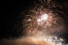 Фейерверки освещают вверх дым острословия неба цветасто стоковые изображения
