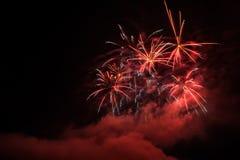 Фейерверки освещают вверх дым острословия неба цветасто Стоковые Фото