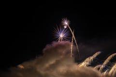 Фейерверки освещают вверх дым острословия неба цветасто Стоковое Изображение RF