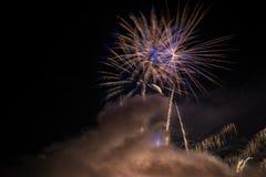 Фейерверки освещают вверх дым острословия неба цветасто Стоковые Изображения RF