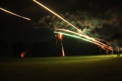 Фейерверки освещения на овце Зеландии обрабатывают землю в вечере Стоковые Фотографии RF