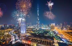 Фейерверки показывают на городской площади центра города Дубай стоковые фотографии rf