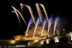 Фейерверки показывают над Castel Sant Angelo, Римом, Италией Стоковое Изображение