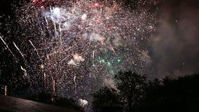 Фейерверки показывают с звуком во время национального праздника в Бельгии, Брюсселе сток-видео