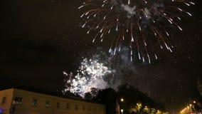 Фейерверки показывают с звуком во время национального праздника в Бельгии, Брюсселе видеоматериал
