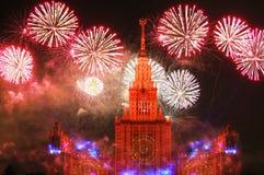 Фейерверки приближают к университету в Москве стоковое фото
