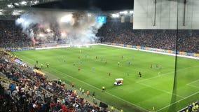 Фейерверки проводки поклонников футбола на стадионе акции видеоматериалы