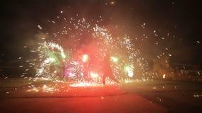 Фейерверки Сгорите выставку Мальчики и девушки танцуют в ботинках которые накаляют в ноче Часть 22 сток-видео