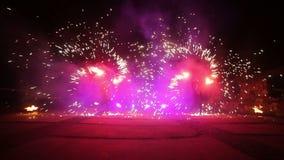 Фейерверки Сгорите выставку Мальчики и девушки танцуют в ботинках которые накаляют в ноче Часть 23 сток-видео