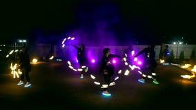 Фейерверки Сгорите выставку Мальчики и девушки танцуют в ботинках которые накаляют в ноче акции видеоматериалы