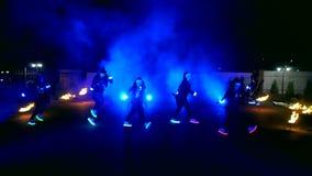 Фейерверки Сгорите выставку Мальчики и девушки танцуют в ботинках которые накаляют в ноче сток-видео