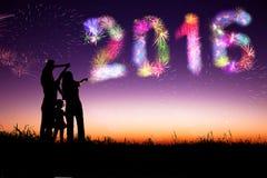 Фейерверки семьи наблюдая и счастливый Новый Год 2016 Стоковые Фотографии RF