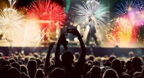 Фейерверки толпы наблюдая на Новом Годе Стоковое Изображение