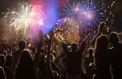 Фейерверки толпы наблюдая на Новом Годе Стоковые Изображения RF