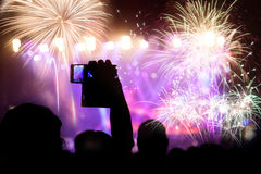 Фейерверки толпы наблюдая на Новом Годе Стоковая Фотография RF