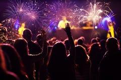 Фейерверки толпы наблюдая на Новом Годе Стоковое фото RF