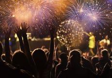 Фейерверки толпы наблюдая на Новом Годе Стоковое Изображение RF