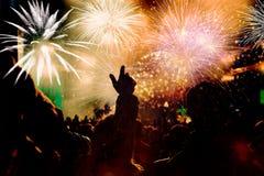 Фейерверки толпы наблюдая на Новом Годе Стоковая Фотография