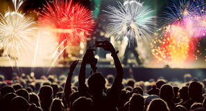 Фейерверки толпы наблюдая на Новом Годе Стоковое Фото