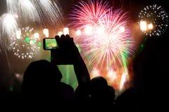 Фейерверки толпы наблюдая на Новом Годе Стоковые Фото