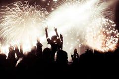 Фейерверки толпы наблюдая на Новом Годе Стоковые Изображения