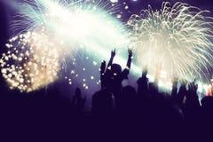 Фейерверки толпы наблюдая на Новом Годе Стоковые Фотографии RF