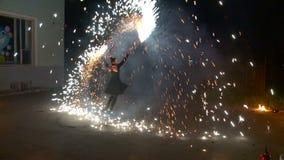 Фейерверки шоу огня в ночи акции видеоматериалы