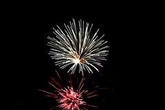 Фейерверки яркого белого и взрыв красного цвета света стоковое изображение