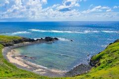 Небольшой спрятанный пляж, взгляд берега и голубое небо и море стоковые изображения rf