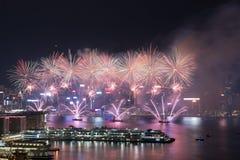 Фейерверк Гонконга красочный на гавани Виктории стоковые изображения rf
