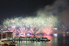 Фейерверк Гонконга красочный на гавани Виктории стоковые изображения