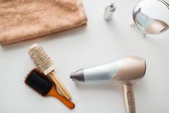 Фен для волос, щетки волос, зеркало и полотенце Стоковое Изображение RF