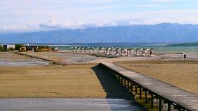 Ферзи приставают к берегу в Nin, Далмации, Хорватии Nin известное туристское назначение в Хорватии акции видеоматериалы