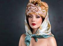 Ферзь в королевском платье сексуальная девушка в королевских шляпе и меховой шыбе Стоковые Изображения RF