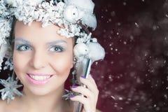 Ферзь зимы с белым волшебным стилем причёсок используя мобильный телефон Стоковое Изображение RF