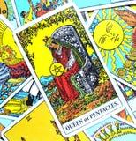 Ферзь престижности состояния богатства процветания карточки Tarot Pentacles безопасности богатой роскошной точной живущей материа стоковая фотография