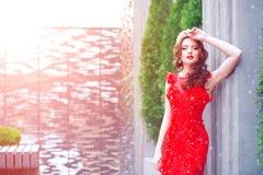 Ферзь снега в красном цвете Женщина зимы в кроне в красных платье и красном цвете стоковое изображение