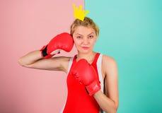 Ферзь спорта Станьте самый лучший в спорте бокса Женственная нежная блондинка с кроной ферзя носит перчатки бокса Воевать для стоковое изображение rf