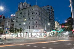 Ферзь угла сцены ночи и улицы Виктории проходя движение a Стоковое Изображение