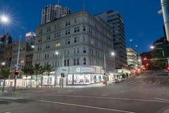 Ферзь угла сцены ночи и улицы Виктории проходя движение a Стоковое фото RF