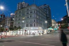Ферзь угла сцены ночи и улицы Виктории проходя движение a Стоковая Фотография RF